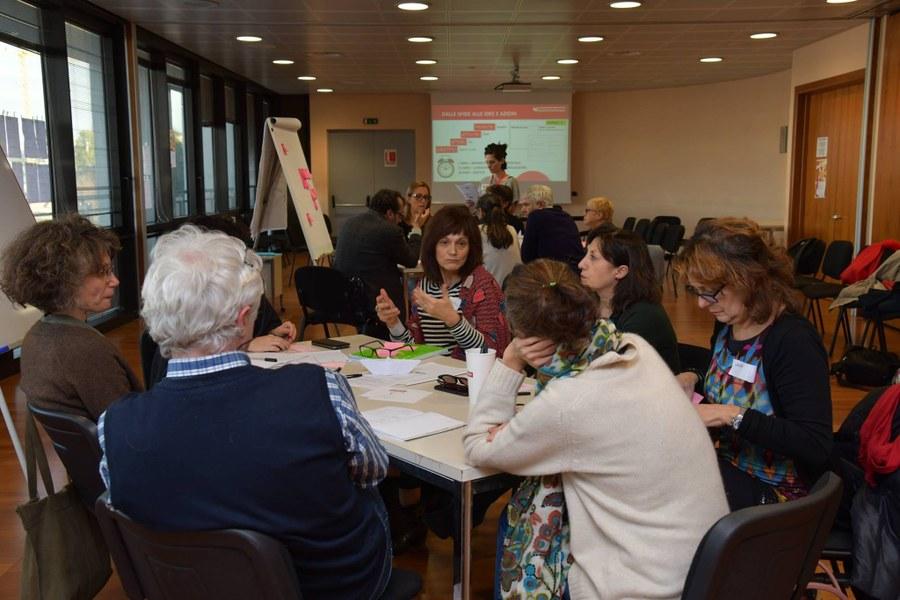 Un gruppo di lavoro si confronta sulle tematiche dell'OST (Open Space Technology)